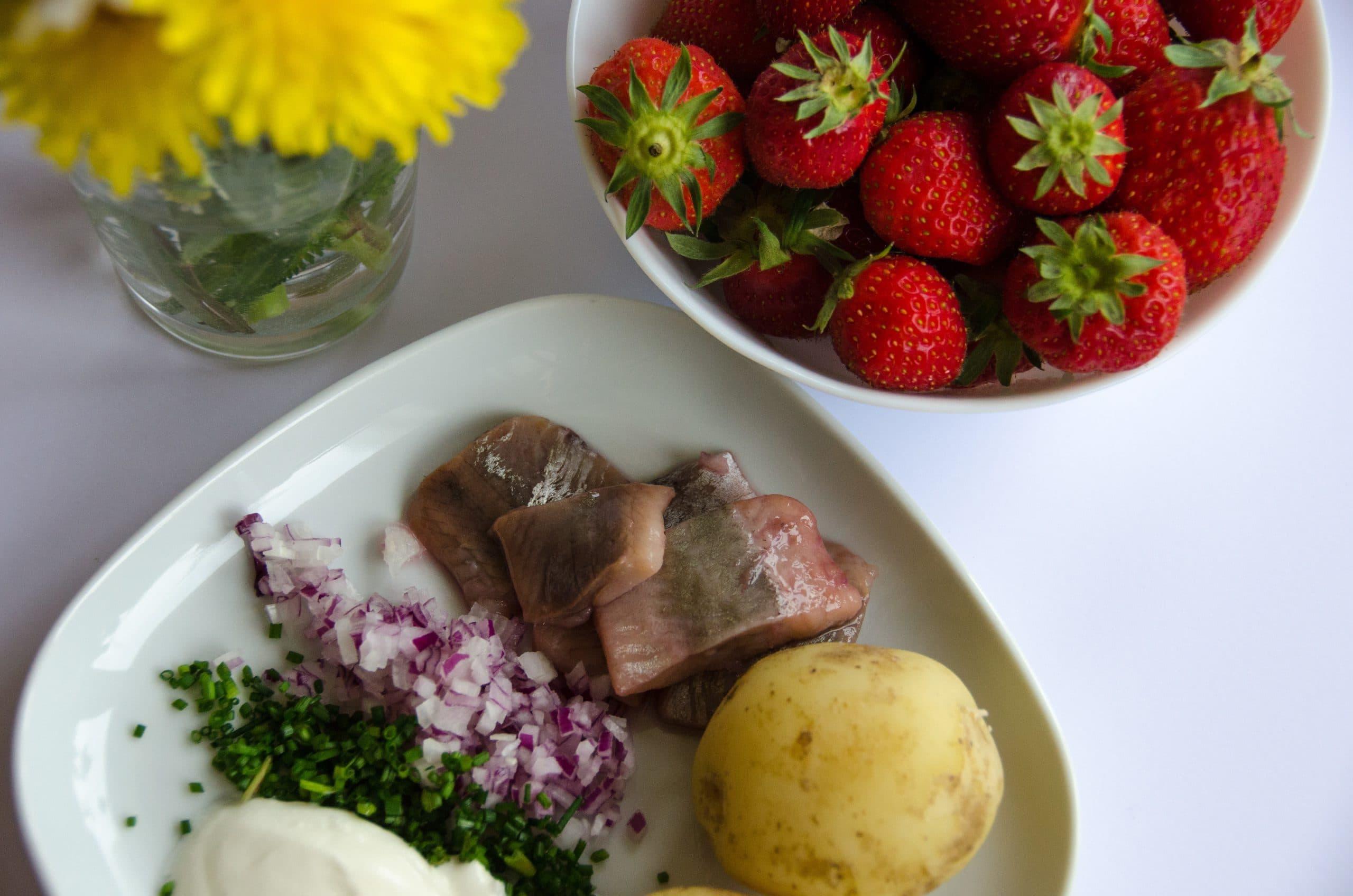 Sill, färskpotatis och jordgubbar. Herring, new potatoes and strawberries.